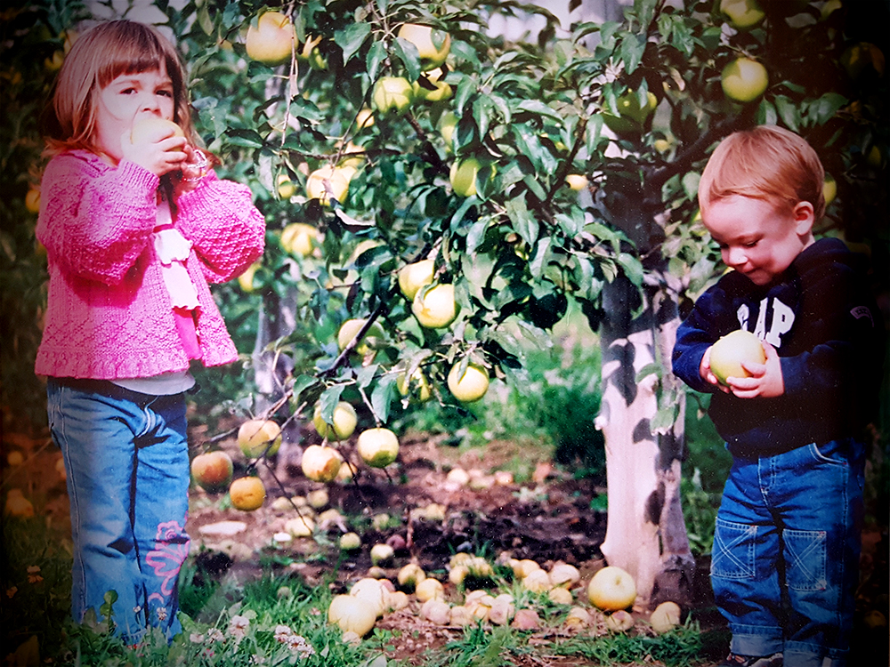 Young-children-eating-apples